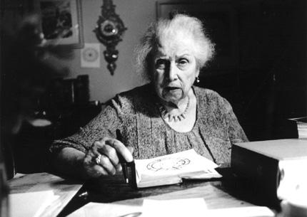 Olga von Ungern-Sternberg 1983 in ihrer Praxis