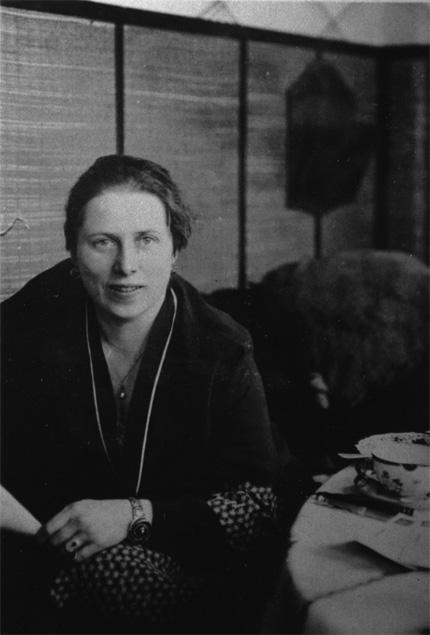 Olga von Ungern-Sternberg 1939 in ihrer Leipziger Praxis