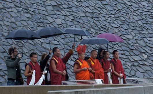 Mönche aus Bhutan an der Jahrhunderthalle