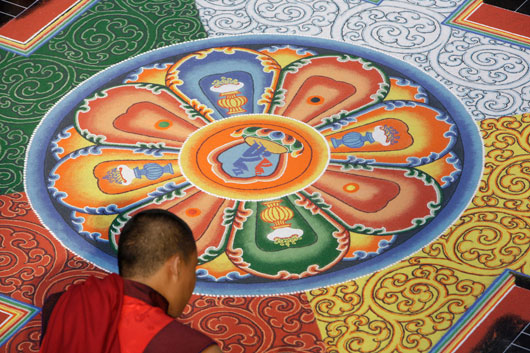 Mönche aus Bhutan malen Sandmandala in Bochum