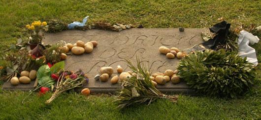 Grabplatte Friedrich des Großen im Schlosspark von Sanssouci