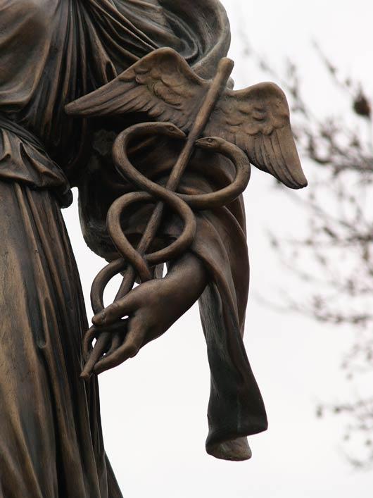 Detail einer Hygeia-Statue von Giuseppe Moretti