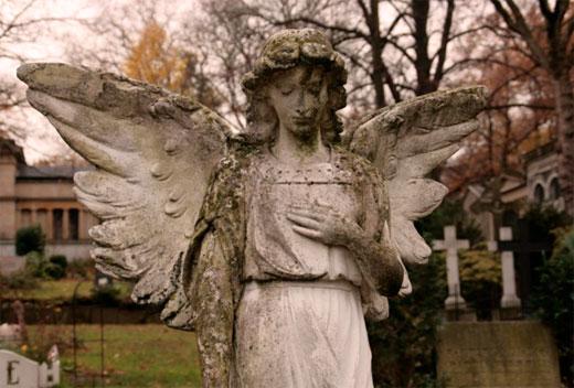 Monika Heer Engel auf dem Friedhof