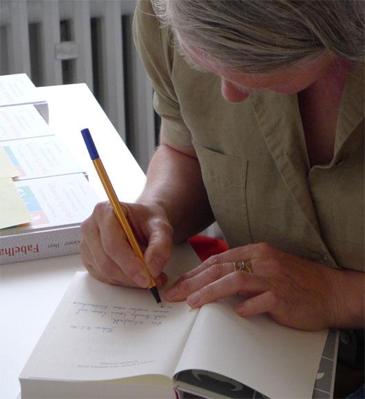 Monika Heer signiert die Fabelhafte Astrologie