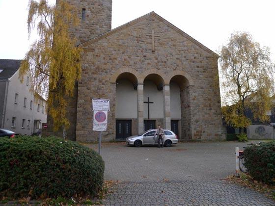 Parkplätze vor der Kirche